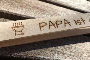 Grillzange aus Holz mit Gravur-Beispiel