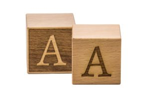 Buchstabenwürfel (links invertiert, rechts normal)